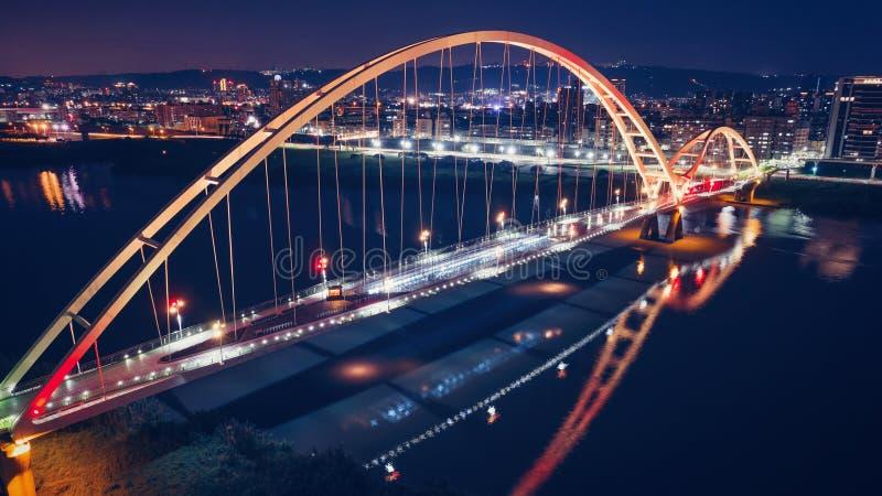 新月形桥梁-新的台北,有美好的照明的台湾著名地标在晚上 免版税库存照片