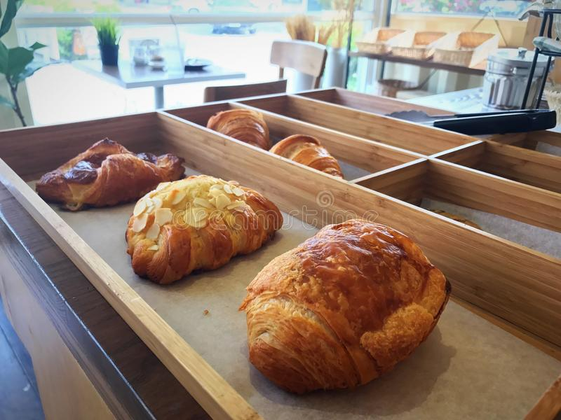 新月形面包一个木盘子早餐 免版税库存图片