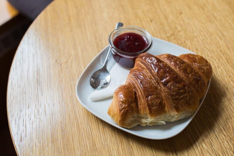 新月形面包供食用草莓酱 库存图片