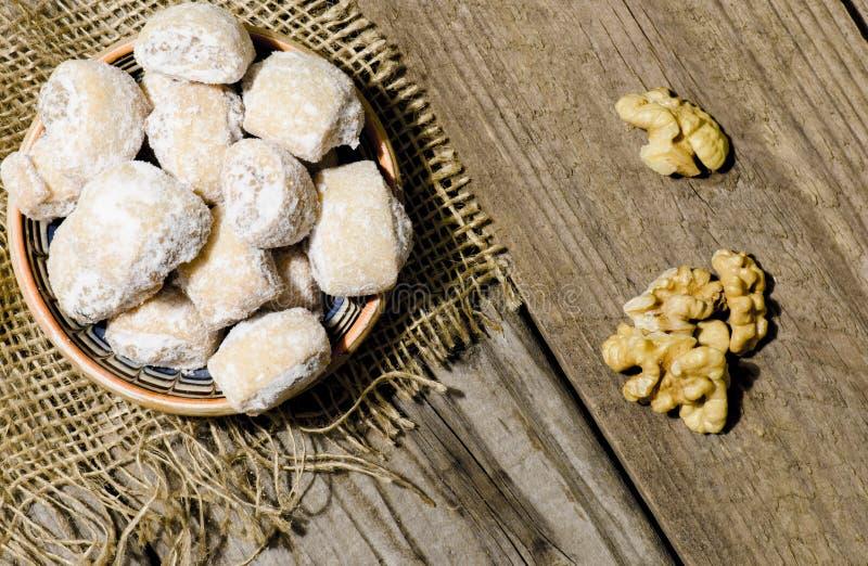 新月形面包充塞用核桃和糖粉在traditio 免版税库存图片