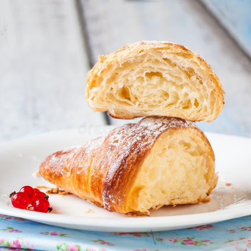 新月形面包分裂用红浆果 免版税库存照片
