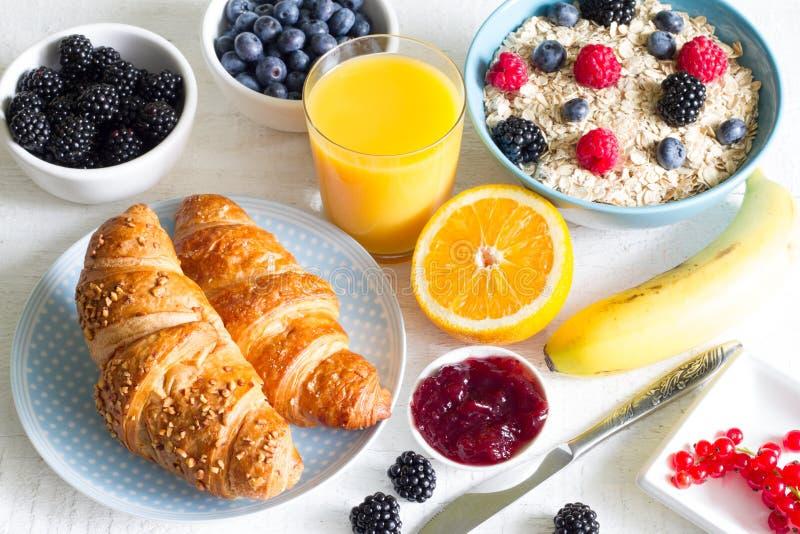 新月形面包和健康早餐在白色桌上 库存图片