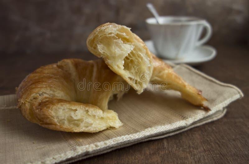 新月形面包和咖啡早餐 免版税库存照片
