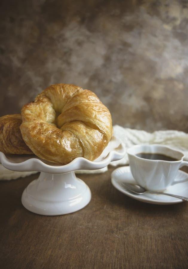 新月形面包和咖啡 库存照片