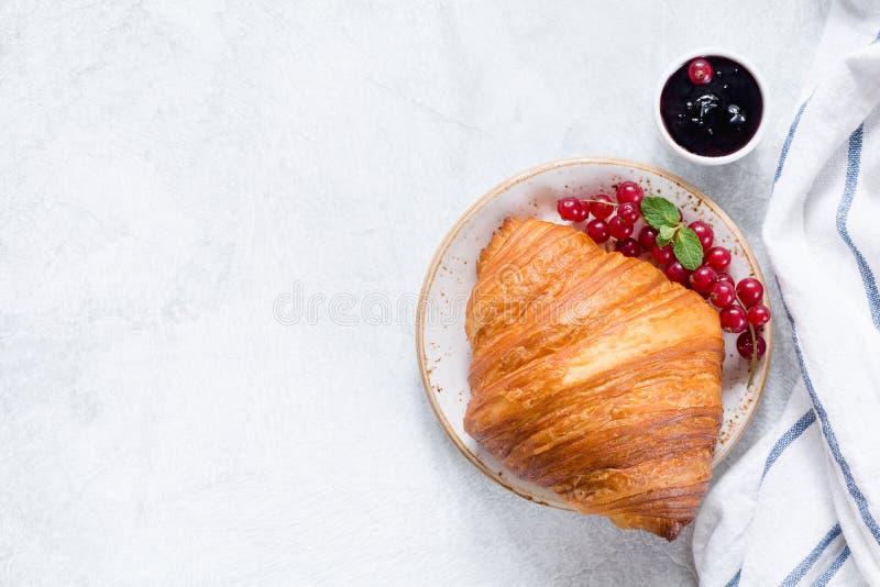 新月形面包用红浆果和果酱顶视图 库存照片