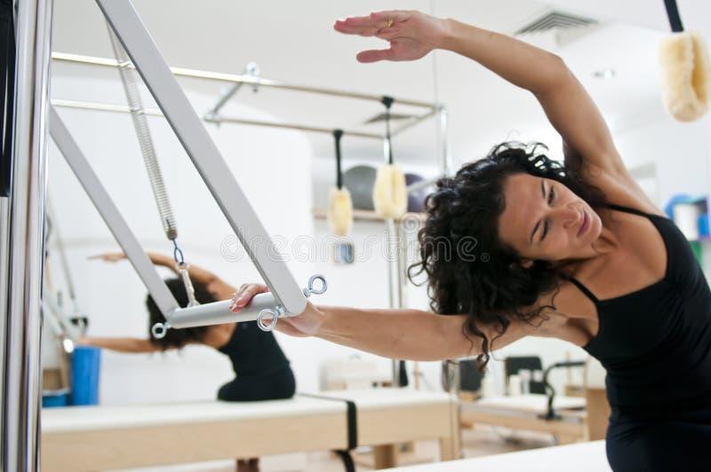 新有吸引力的执行的夫人的pilates 库存照片