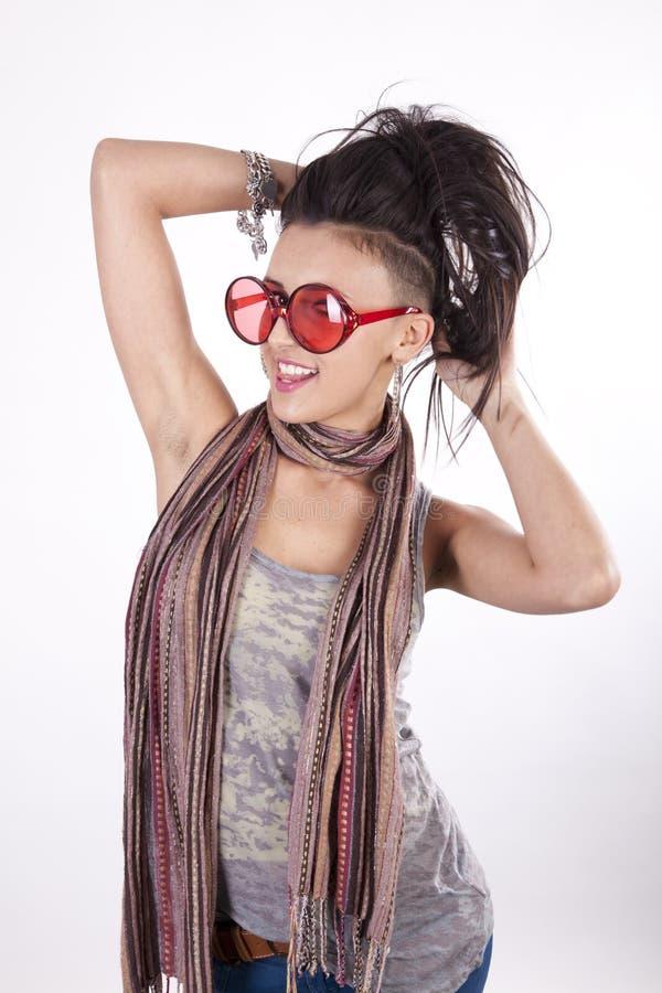 新有吸引力的滑稽的女孩的太阳镜 免版税库存照片