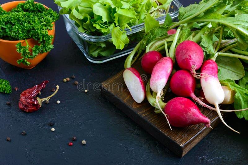 新有机绿色 萝卜,卷曲荷兰芹,年轻莴苣 库存照片