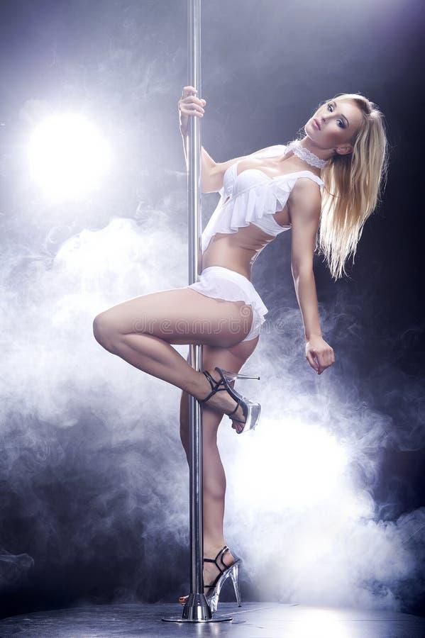 新杆舞蹈妇女。 免版税图库摄影