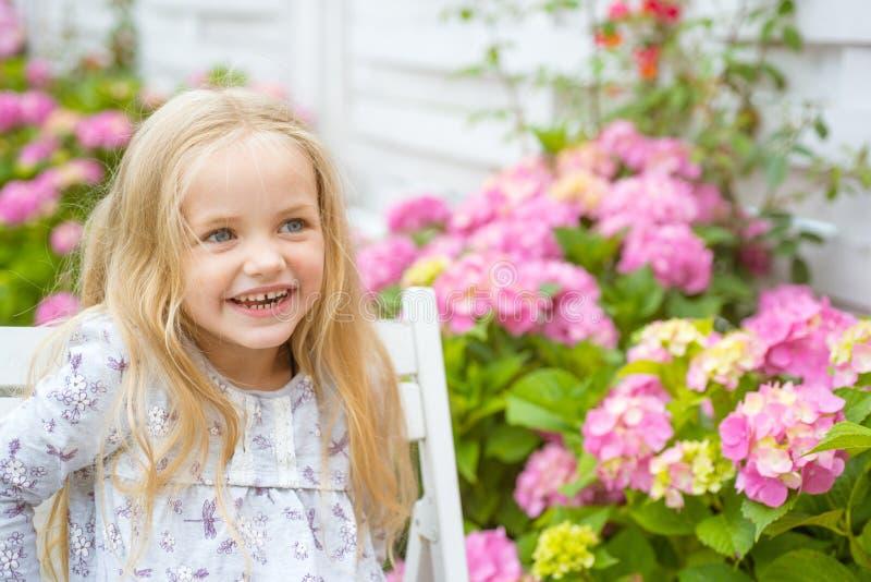 新概念的生活 春天假日 儿童的日 小的女婴 开花的花的女孩 夏天 母亲或 库存图片