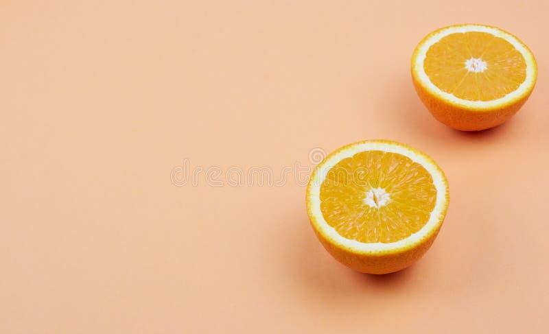 新橙色切片的五颜六色的果子样式在淡色背景的 在视图之上 复制空间 在裁减的柑橘 库存照片