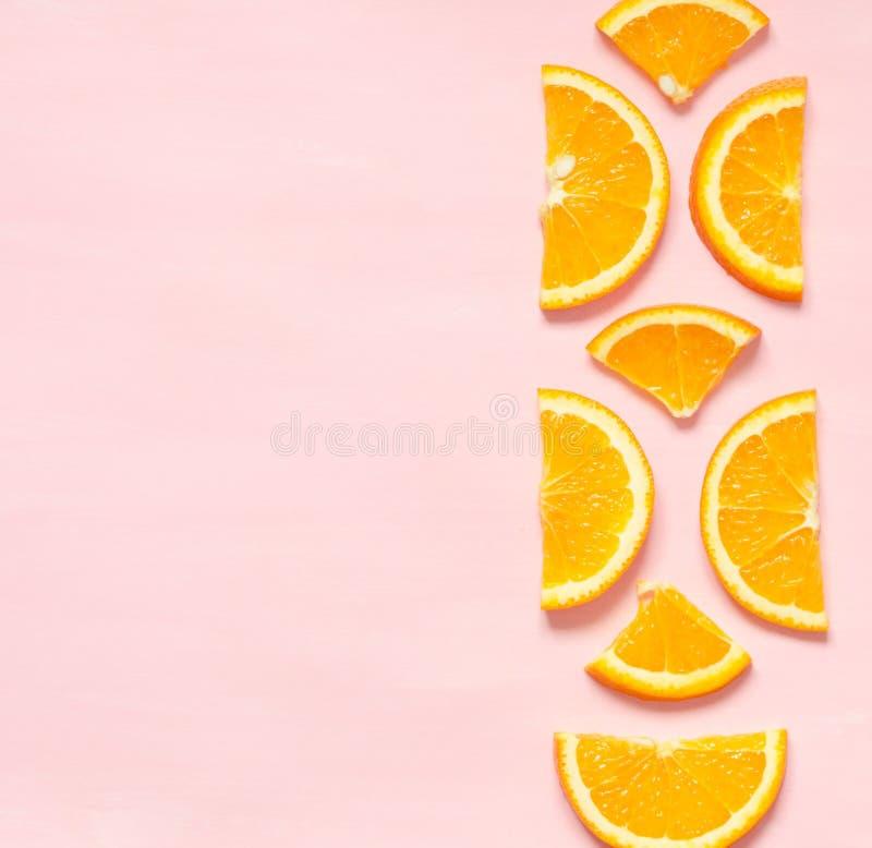 新橙色切片的果子样式在淡色背景的 顶视图 复制空间 图库摄影