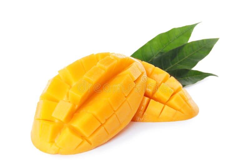 新水多的芒果一半和叶子 免版税库存图片