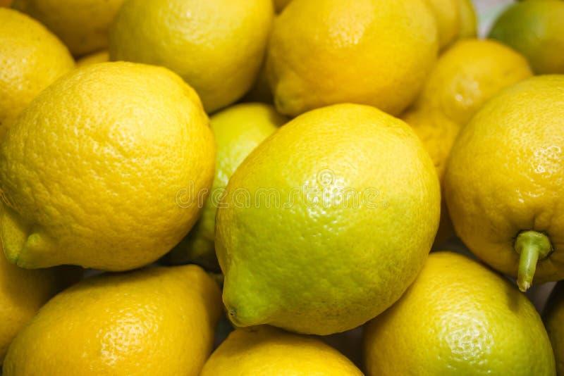 新水多的黄色柠檬背景 库存图片