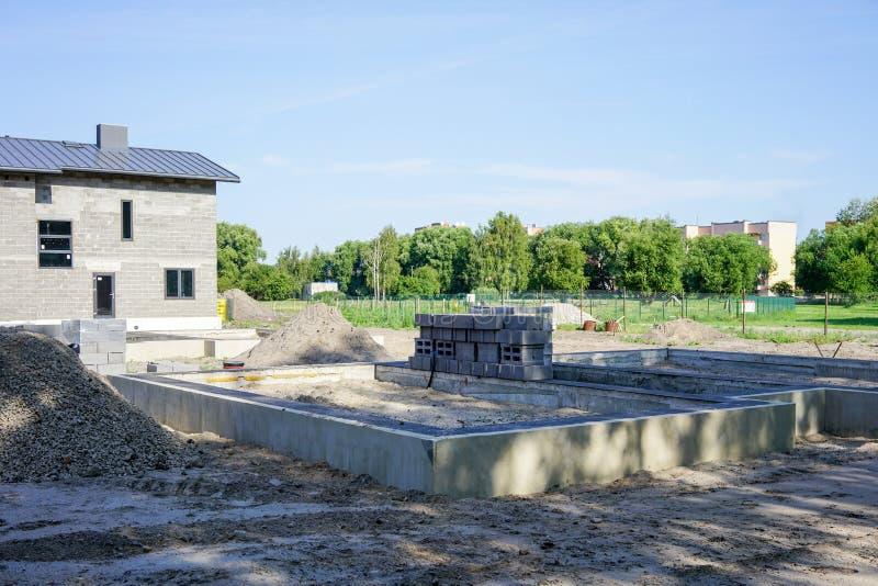 新水泥基础的房子 免版税库存照片
