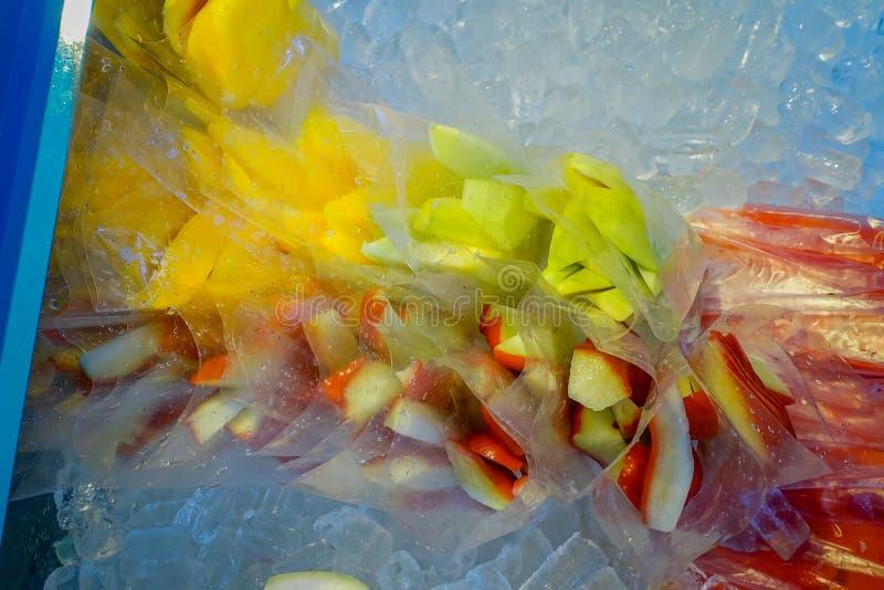 新汁液和水果市场在街市吉隆坡站立 免版税库存照片