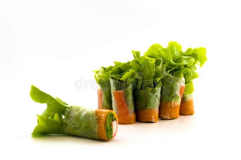 新沙拉卷 吃与海鲜在白色背景隔绝的色拉调味品 免版税图库摄影