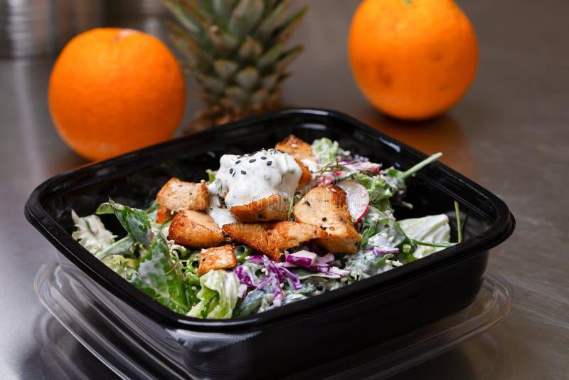 新沙拉膳食在立即可食的塑胶容器包装了-健康外卖食品和吃概念 启远地射击在一真正健康 库存照片