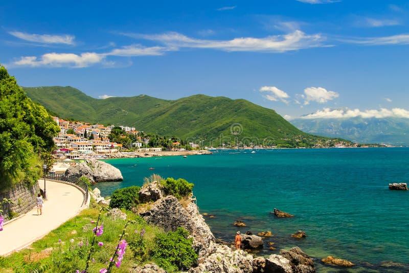 新海尔采格美丽如画的科托尔海湾的岸的,在黑山的山 免版税库存图片