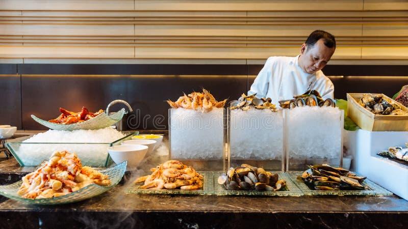 新海鲜自助餐线包括阿拉斯加巨蟹,虾、龙虾、牡蛎和Perna viridis 库存图片