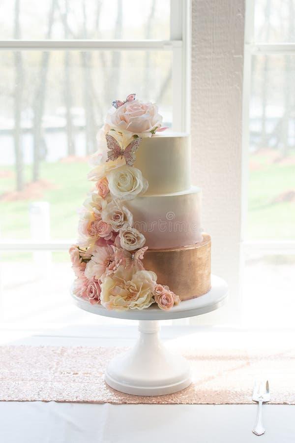 新潮的三层婚庆蛋糕 库存照片