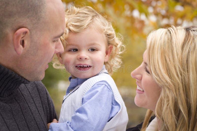 新父项和儿童纵向在公园 图库摄影