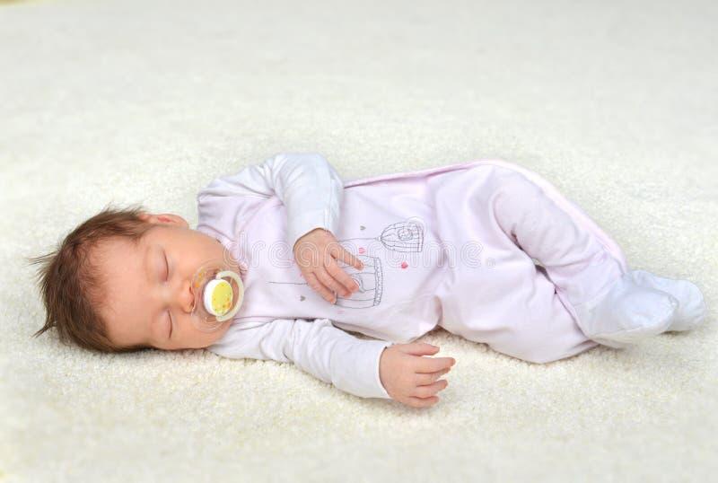 新生儿儿童女婴睡觉 免版税图库摄影