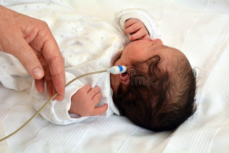 新生儿听力掩护 库存照片