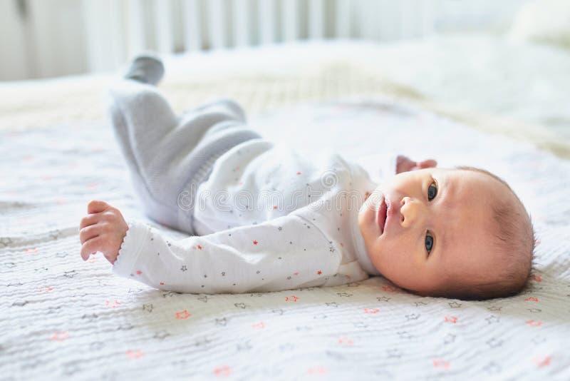 新生儿女孩在家 库存图片