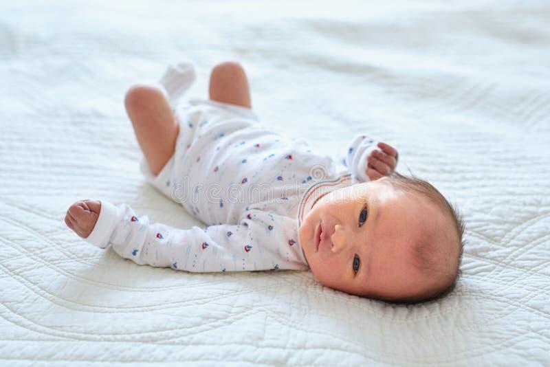 新生儿女孩在家 免版税图库摄影