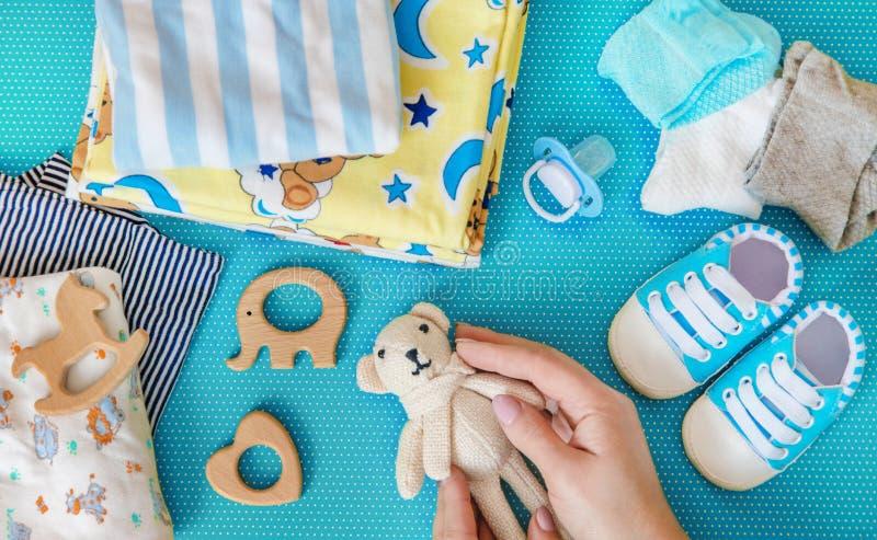 新生儿的婴孩辅助部件色的背景的 r 图库摄影