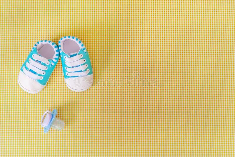 新生儿的婴孩辅助部件色的背景的 r 免版税库存照片
