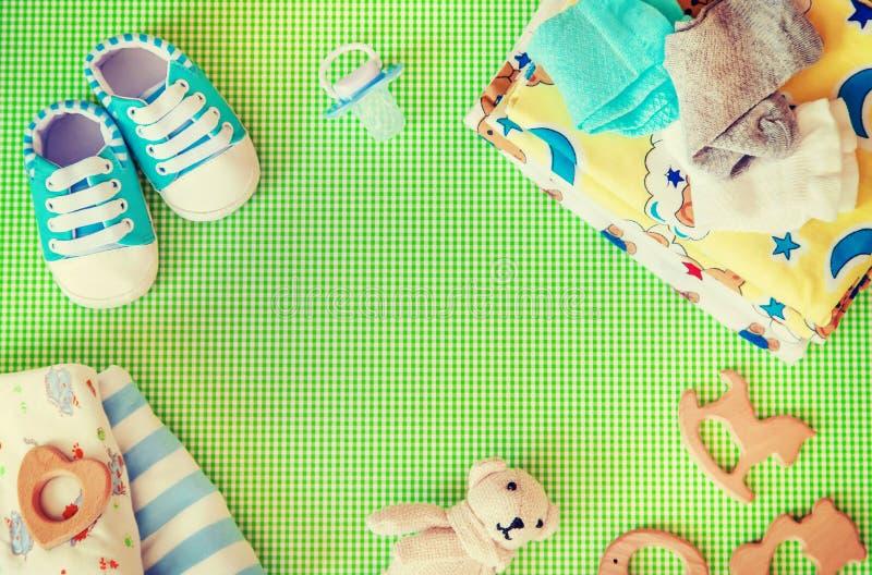 新生儿的婴孩辅助部件色的背景的 r 库存图片