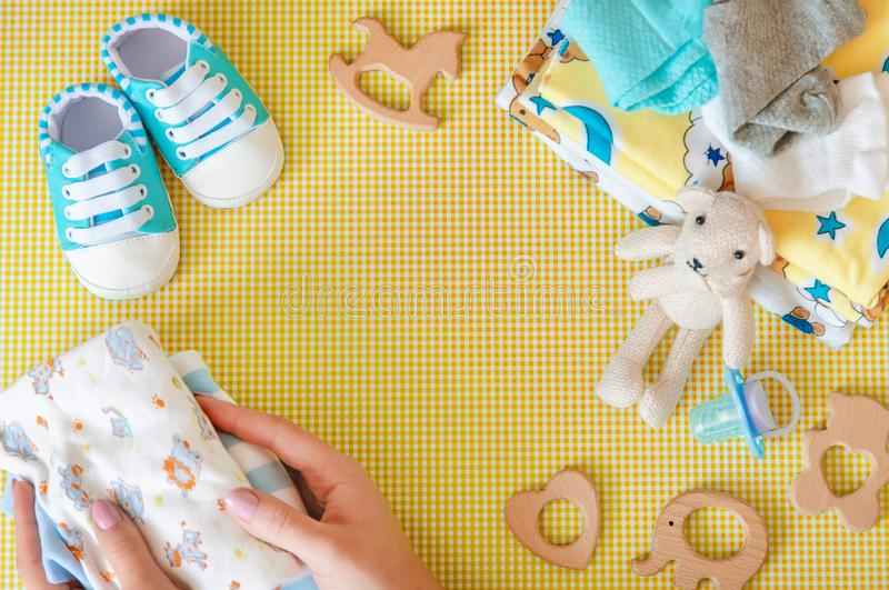 新生儿的婴孩辅助部件色的背景的 r 免版税库存图片