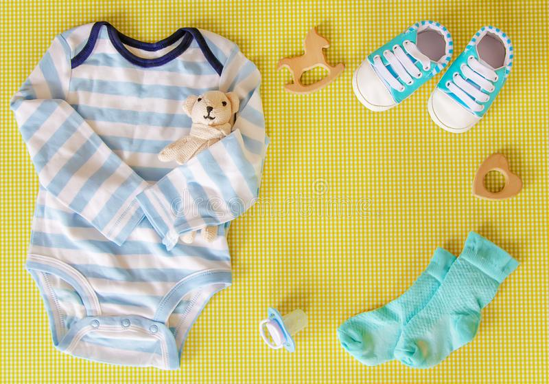 新生儿的婴孩辅助部件色的背景的 r 库存照片