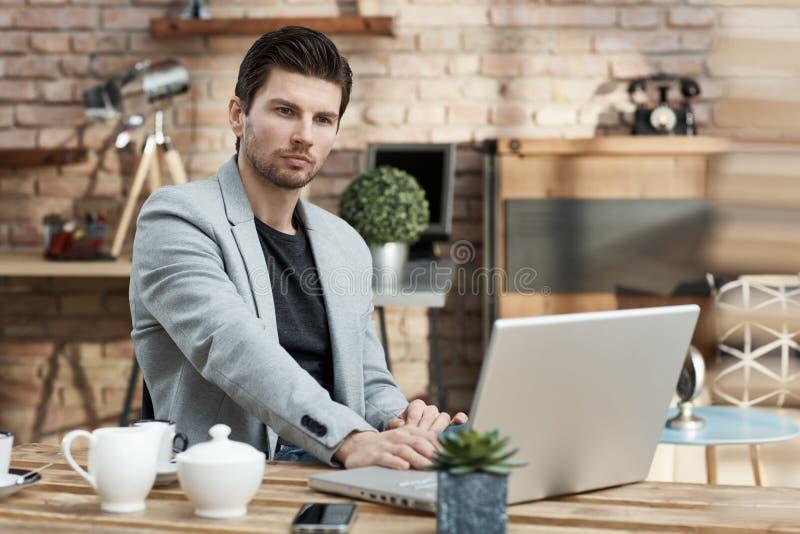新生意人与膝上型计算机一起使用 库存图片
