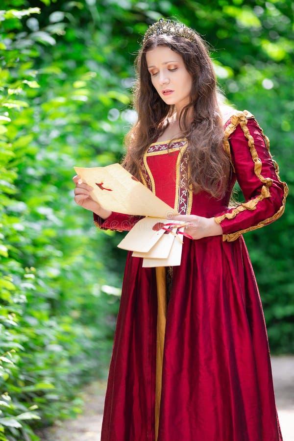 新生礼服的妇女 免版税库存图片