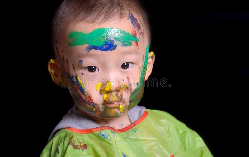 新男孩打了颜色比赛 免版税库存照片