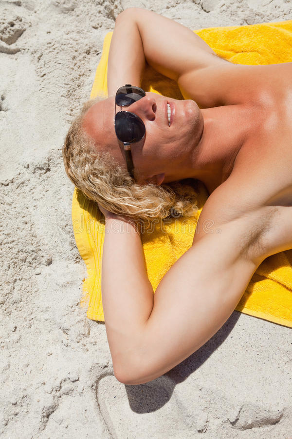 新白肤金发的人佩带的太阳镜,当位于时 库存照片