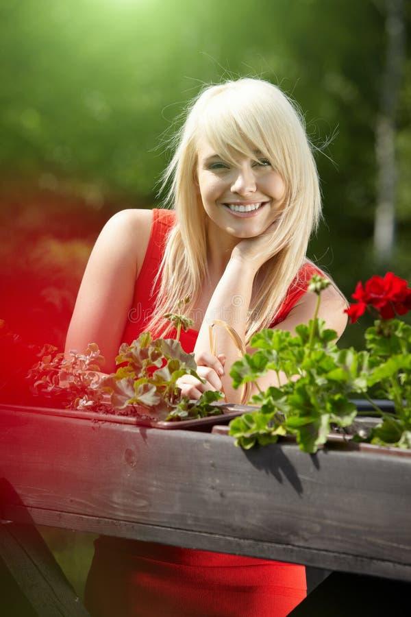 新白肤金发的妇女在阳台上 图库摄影