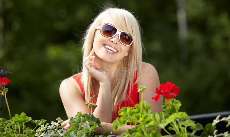 新白肤金发的妇女在阳台上 库存图片