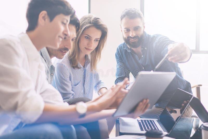 介绍新的企业项目的概念 小组年轻工友谈论想法互相在现代办公室 免版税库存图片