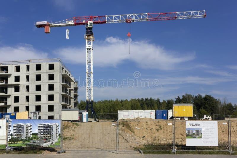 新的住宅区的建筑在松木的 图库摄影
