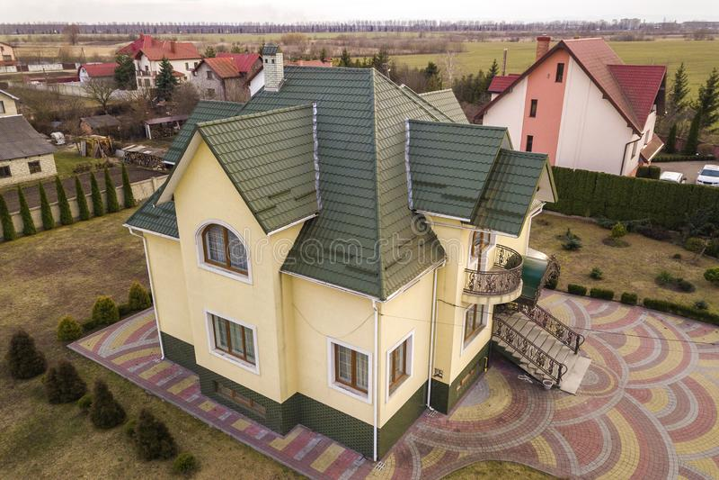 新的住宅房子村庄空中顶视图与木瓦屋顶的在被操刀的大围场在好日子 库存图片