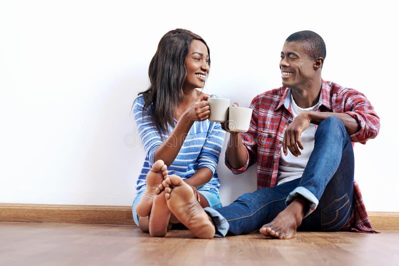 新的公寓夫妇 免版税库存图片
