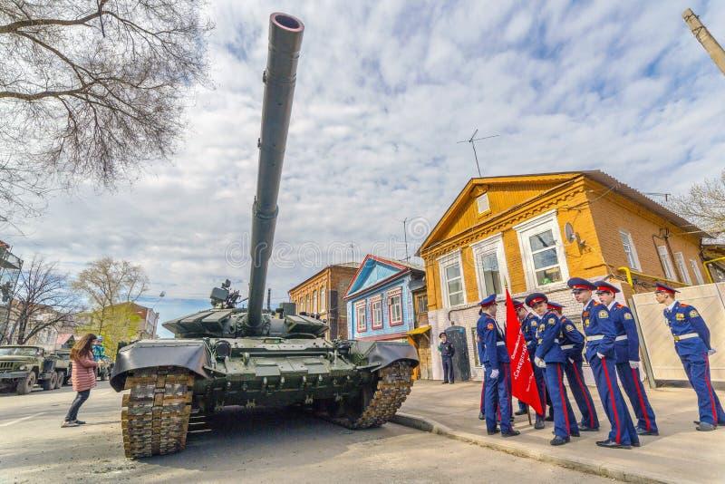 新的军事在绿色伪装的修改过的俄国军队主战坦克T-72B3M在城市街道 免版税库存照片
