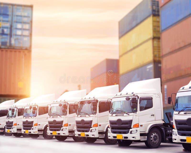 新的卡车队在大城市前面停放在商业区至于运输的 免版税库存照片
