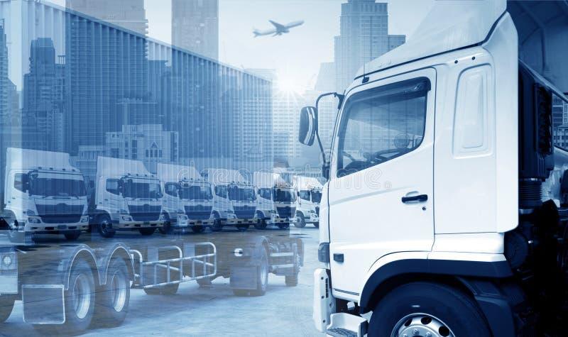 新的卡车队在蓝色口气的围场停放transporation的 免版税库存图片