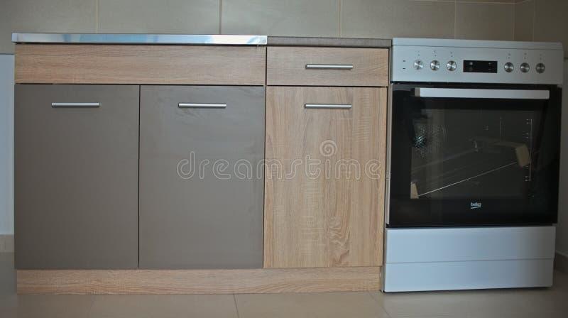 新的厨房家具和电火炉,特写镜头 免版税库存照片