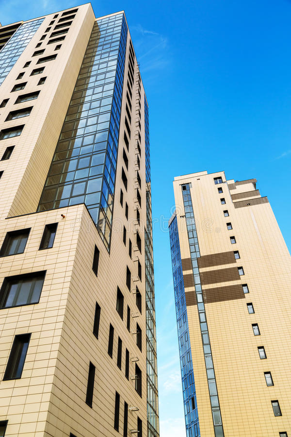 Download 新的大厦公寓夫妇 库存照片. 图片 包括有 住宅, 任何地方, 城市, 背包, 拱道, 建筑, 外部, 都市 - 72367994